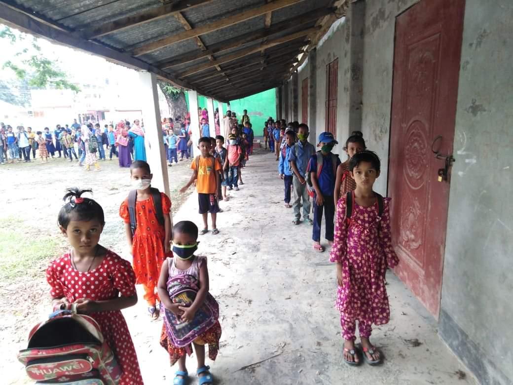 রাজারহাটে মডেল সরকারি প্রাথমিক বিদ্যালয়ে পুষ্টিসমৃদ্ধ বিস্কুট বিতরণ