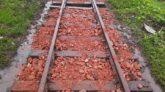 ময়মনসিংহ রেল লাইনে পাথরের পরিবর্তে ইট