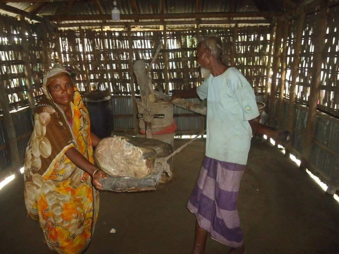 গরু ছাড়াই তেলের ঘানি টানছে ৭০ বছরের বৃদ্ধ