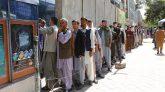 ব্যাংক থেকে টাকা তুলতে আফগানদের উপচেপড়া ভিড়