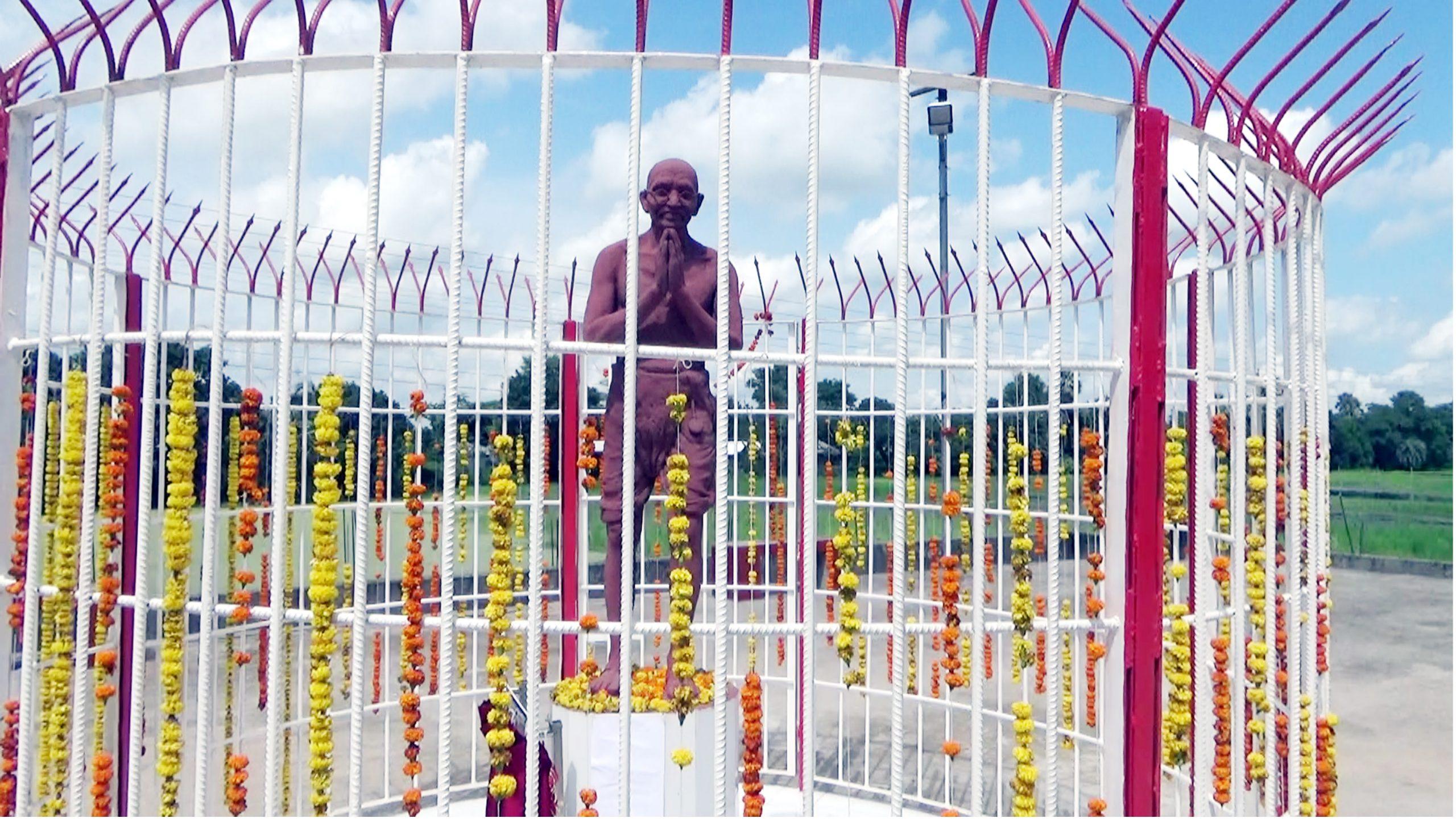 নওগাঁয় মহাত্মা গান্ধীর জন্মবার্ষিকী উপলক্ষে ভাস্কর্যের উদ্বোধন